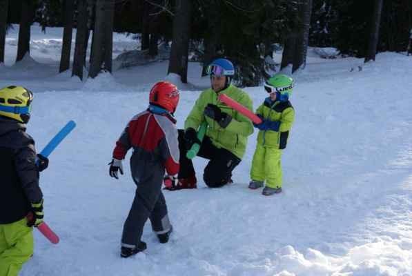 Hory sněhu si Hemojunior užíval na horách. V Kořenově se malí hemofilici učili lyžovat